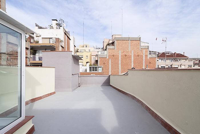Amplia terraza en calle Coll