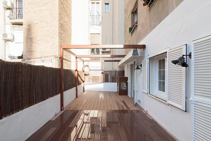 Terraza con parquet en calle Diputació