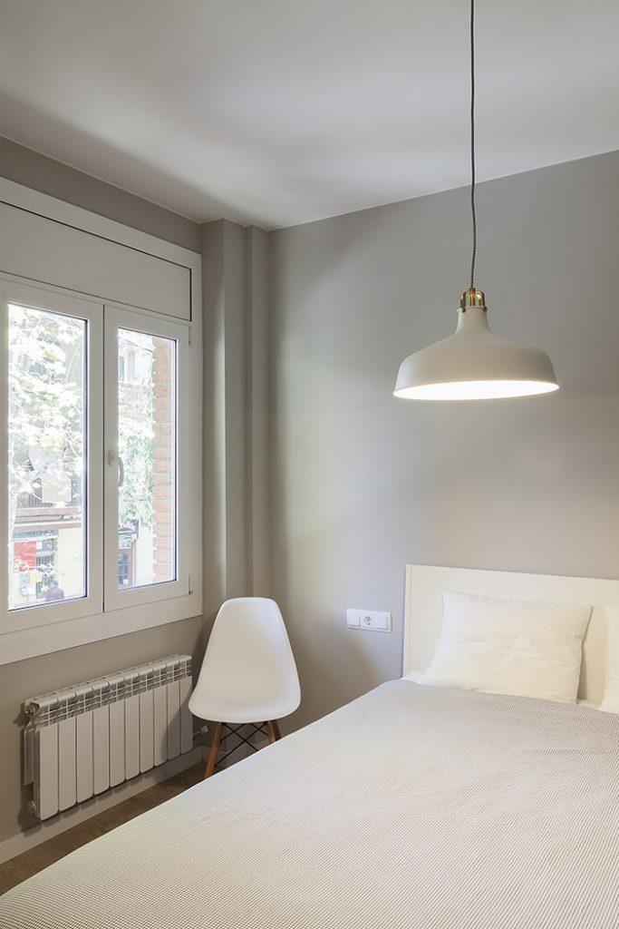 Tonalidad gris para este dormitorio de calle Enamorats