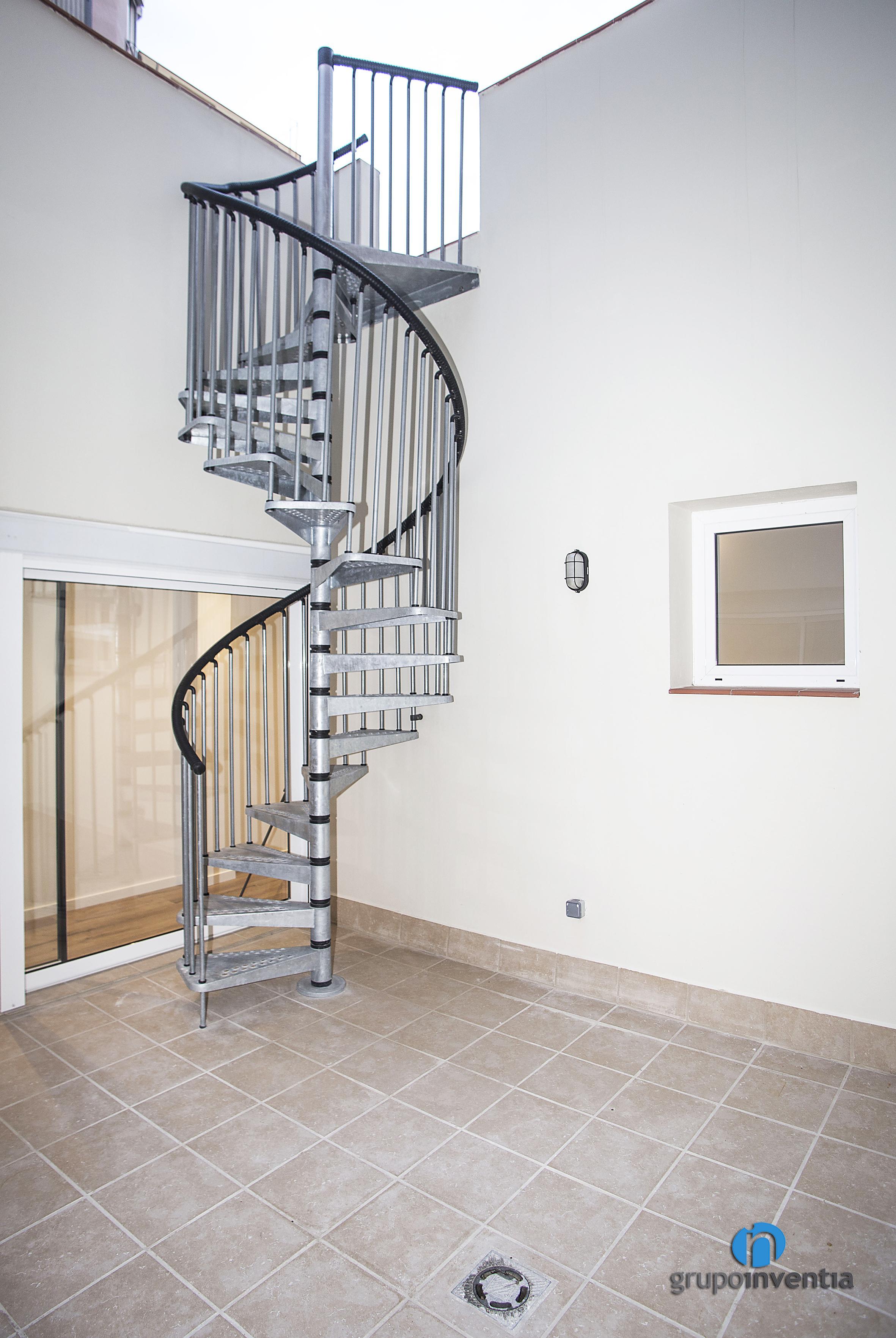 Escalera de caracol en calle p via de barcelona grupo inventia - Escaleras de caracol barcelona ...