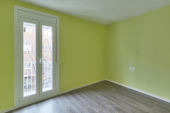Dormitorio de color verde en calle Sagrera