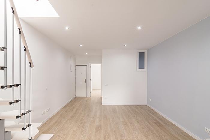 Sala de estar en blanco en calle Coll