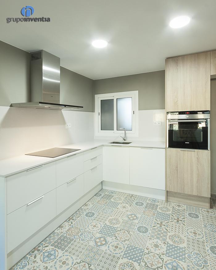 Cocina con pavimento hidr ulico grupo inventia - Pavimentos para cocinas ...