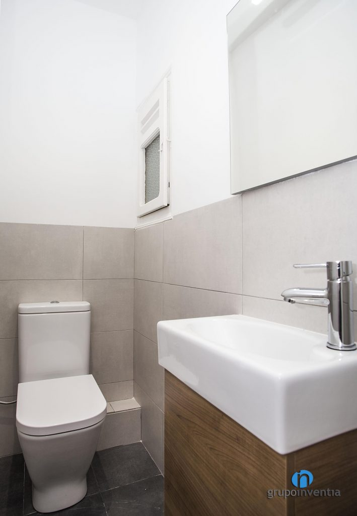 Aseo con paredes blancas en Melcior de Palau de Barcelona