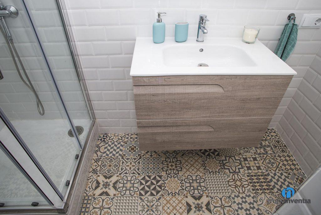 Baño con pavimento hidráulico en baño de calle Miracle (Barcelona)
