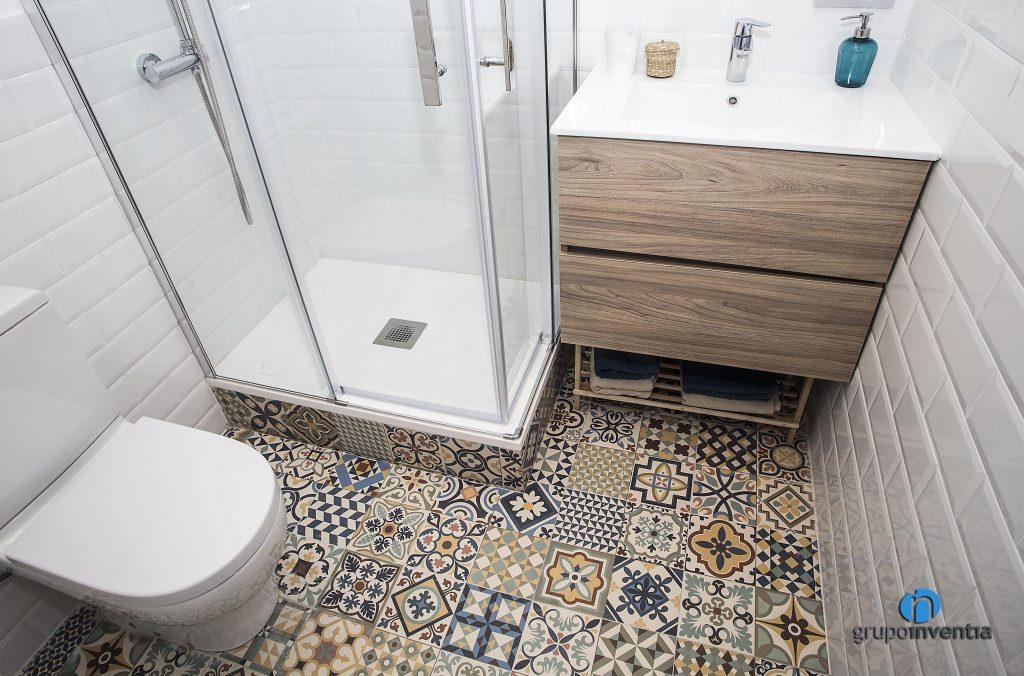 Baño con pavimento hidráulico en calle Còrsega de Barcelona