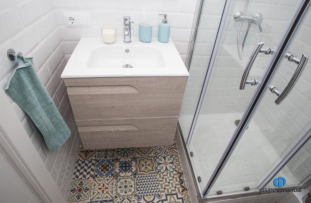 Baño con ducha en calle Miracle (Barcelona)