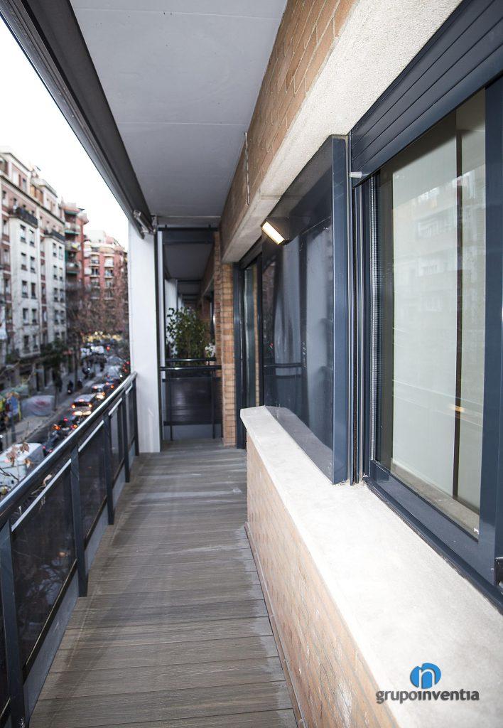 Balcón rehabilitado en calle Rosselló de Barcelona