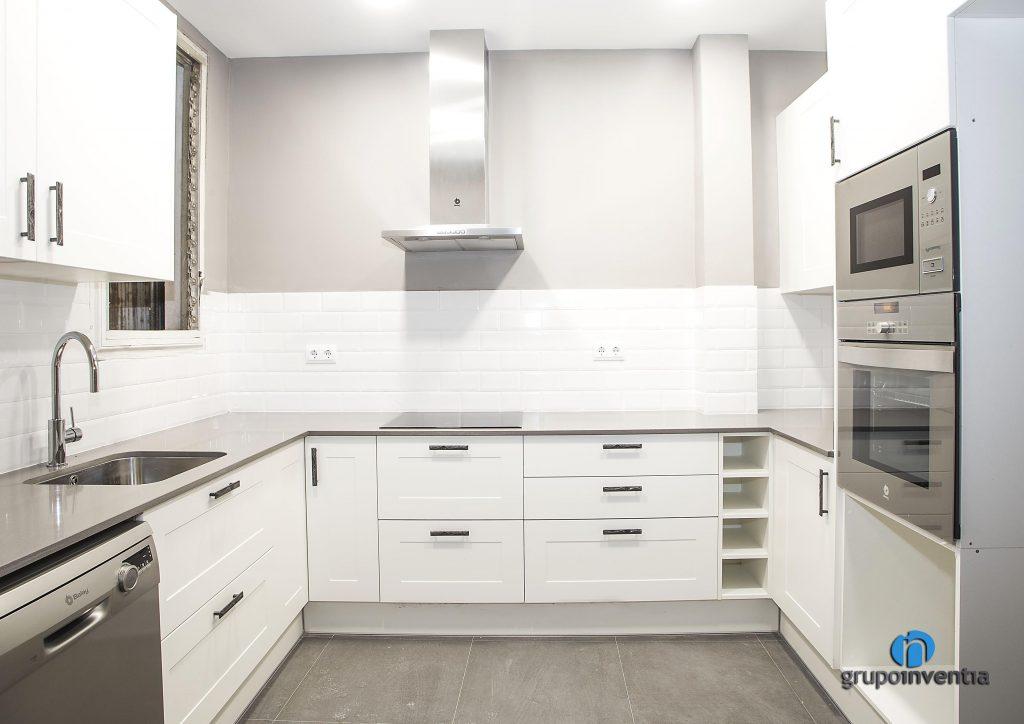 Cocina blanca en Blasco de Garay de Barcelona