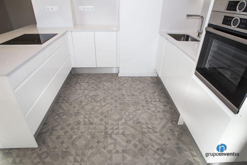 Cocina con pavimento hidráulico en Rambla del Poble Nou (Barcelona)