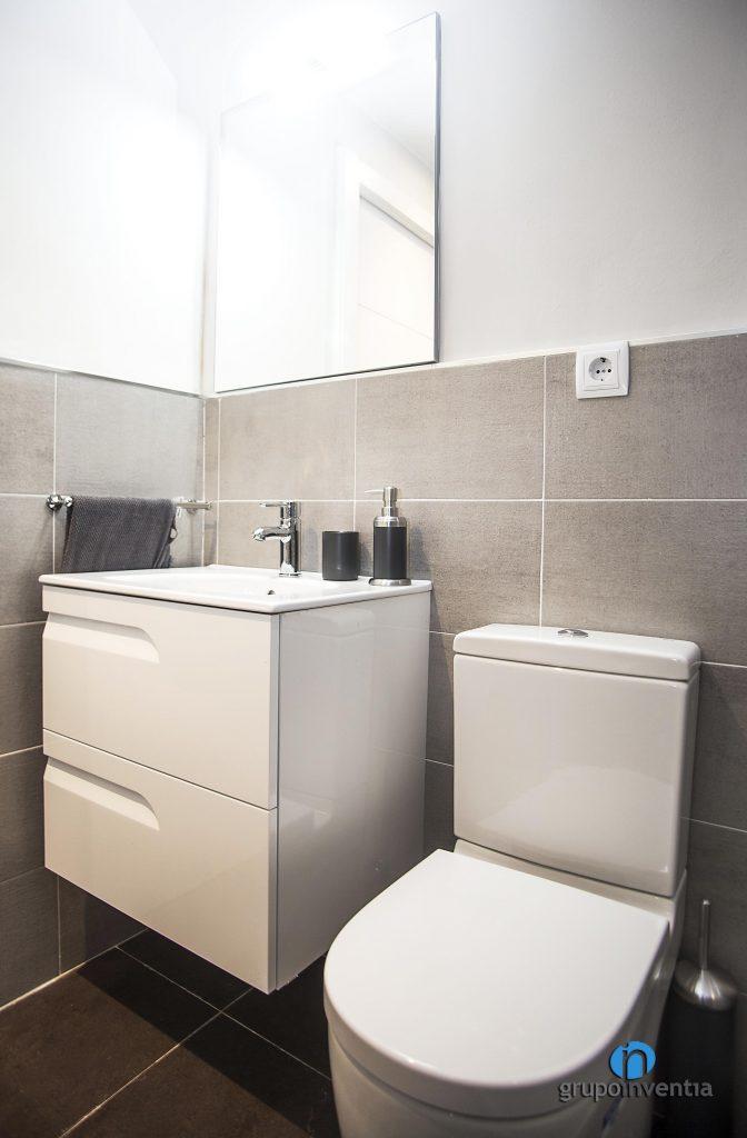 Cuarto de baño renovado en calle Pàvia de Barcelona)