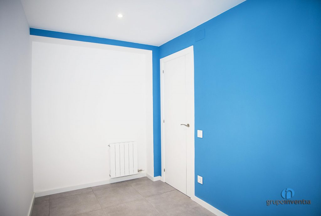 Dormitorio azul y blanco en Avinguda Jordà de Barcelona