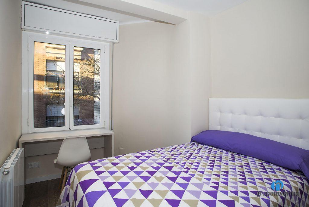 Dormitorio beige en calle Miracle de Barcelona