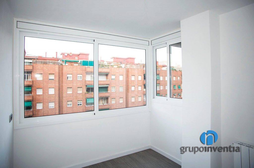 Dormitorio blanco en calle Llançà (Barcelona)