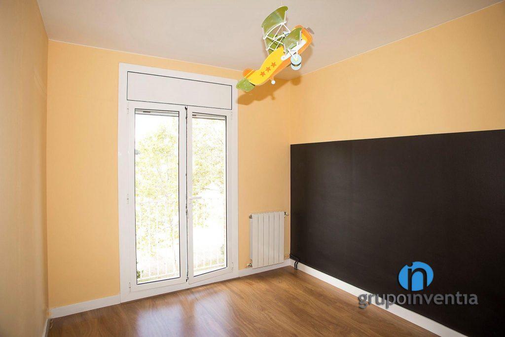 Dormitorio infantil naranja en Vialanova i la Geltrú
