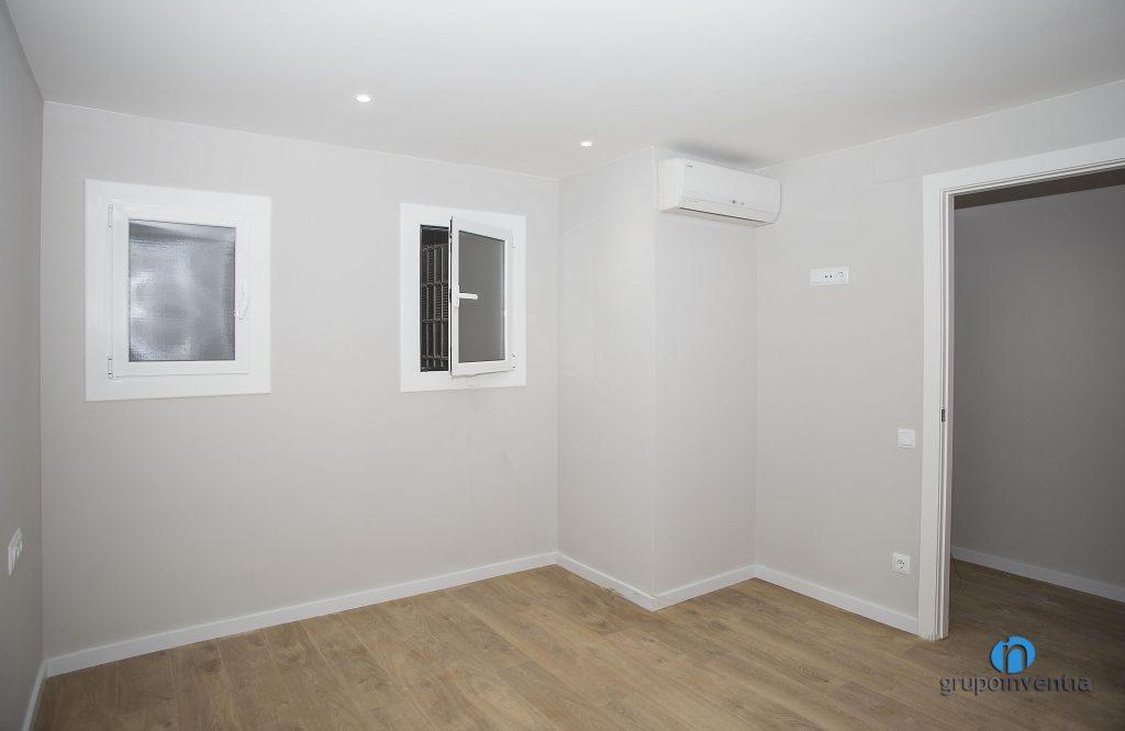 Dormitorio pintado en suave tono de gris (Catselldefels)
