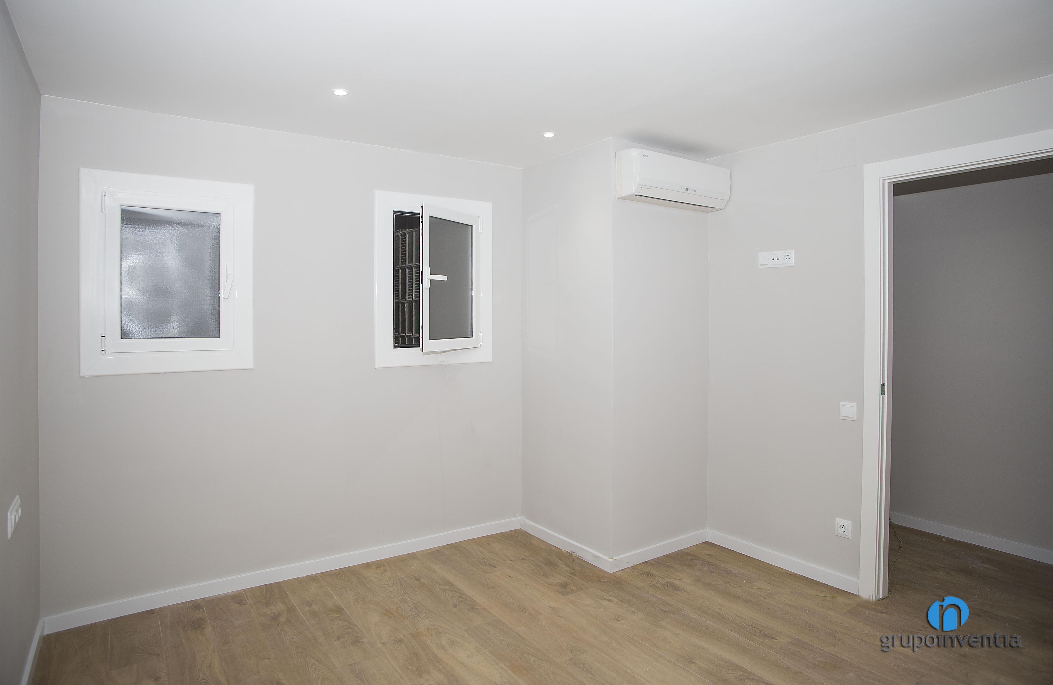 Dormitorio pintado en suave tono de gris catselldefels for Dormitorios pintados en gris