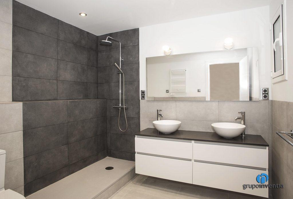 Lavabo doble y ducha en calle Pallars de Barcelona