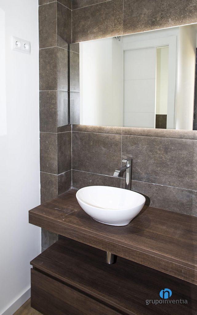 Mueble de lavabo de madera (calle Arizala de Barcelona)