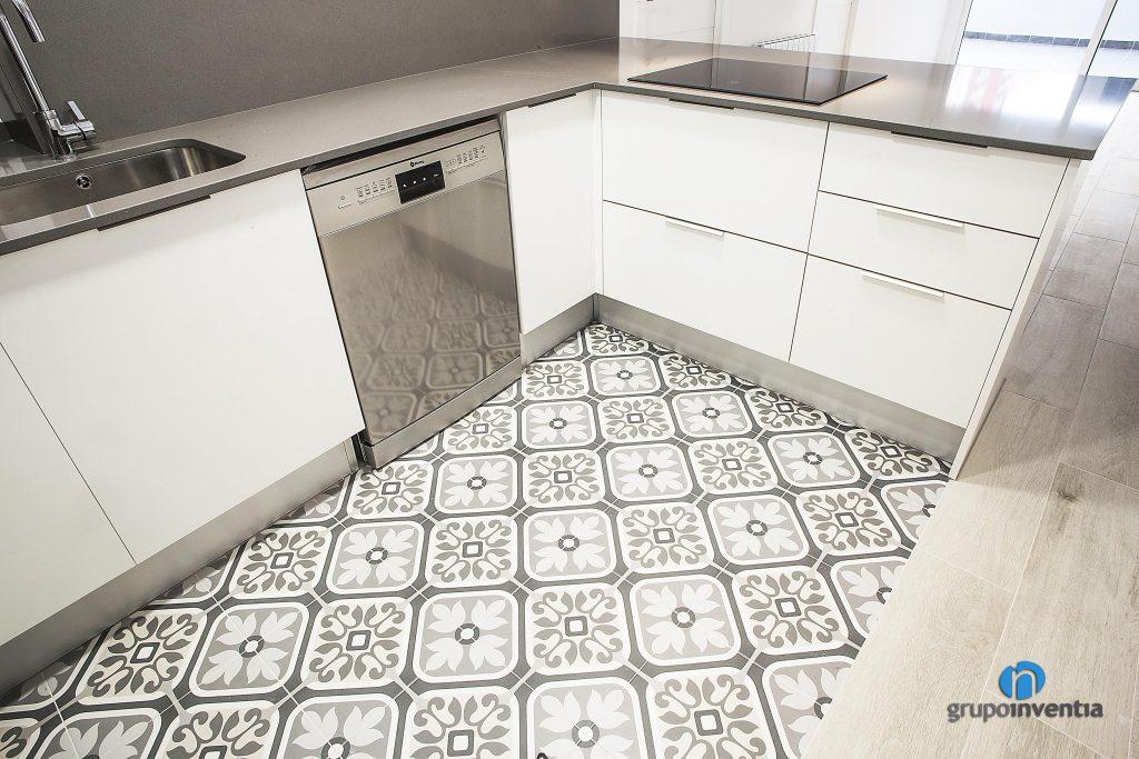 Suelo hidráulico y parquet en cocina de calle Foneria (Barcelona)