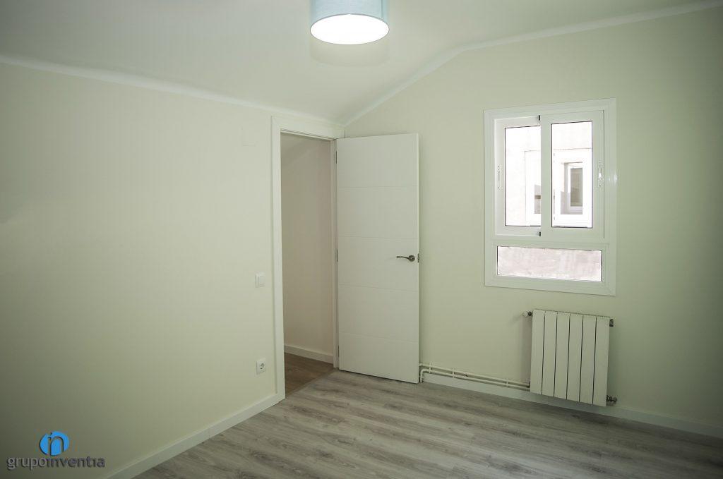Dormitorio en tonos neutros