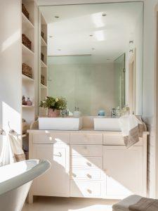 Cuarto de baño con amplia capacidad de almacenaje.