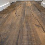 suelo de parquet en madera oscura