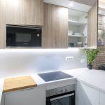 mueble cocina blanco y madera