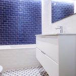 azulejos blancos baño