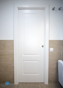 puerta blanca baño